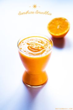 1/2 banane congelée 1/2 cm de gingembre frais 1 carotte ou 125 ml de jus de carotte* 1/2 citron 1/2 orange 2-3 cubes de butternut cuite (ou 1/2 banane) 1 datte une pincée de cannelle 180 ml [2/3 c.] d'eau fraîche quelques glaçons