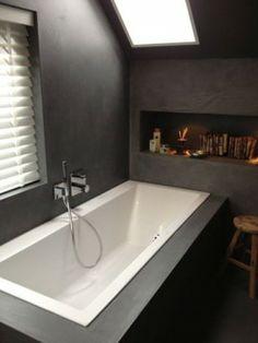 Zwarte betonlook badkamer.