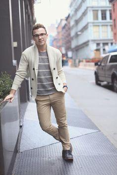 Acheter la tenue sur Lookastic: https://lookastic.fr/mode-homme/tenues/cardigan-a-col-chale-t-shirt-a-col-rond-pantalon-chino/20204   — T-shirt à col rond à rayures horizontales gris  — Cardigan à col châle beige  — Montre bleu marine  — Pantalon chino brun clair  — Bottines chukka en cuir noires
