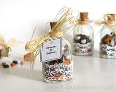 Dantel ve saman kurdelası ile çakıl çikolata parçacıkları ile tatlandırılmış sevimli cam şişe nikah şekeri modelimiz.