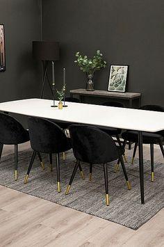 Stort matbord inkl. 6 st sammetsstolar med mässingsdetaljer. Gruppen består av en vitmålad MDF topp och svarta ben. Bord 100x240 cm, höjd 75 cm. Stol; Höjd 77 cm, bredd 49,5 cm och djup 54,5 cm. Sitthöjd 47 cm och sittdjup 43 cm. Montera själv. Ben, Office Desk, Dining Table, Bedroom, Interior, Furniture, Home Decor, Desk Office, Decoration Home