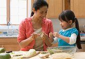 A veces yo ayudo mi mamá cocina la cena para los miembros de mi familia.