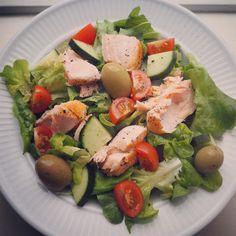 Salat med laks pesto oliven tomat og agurk !