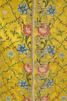 Détail. Gilet d'hiver à pointe, en soie jaune brodé, circa 1750