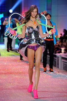 b9e964baad4 Victoria s Secret Fashion Show - Karlie Kloss 2011 - Club Pink segment