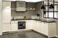 Hoe stel je een goedkope keuken samen? Meer interieur inspiratie voor je huis: http://www.interieurinspiratie.nl/