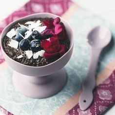 Satisfy your chocolate craving with a delicious, antioxidant-rich chocolate chia seed pudding! Chocolate Chia Seed Pudding, Keto Chia Pudding, Pudding Recipe, Raw Desserts, Chocolate Desserts, Healthy Desserts, Mixed Berry Smoothie, No Dairy Recipes, Gf Recipes