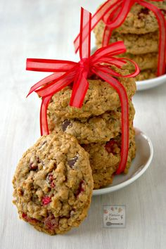Cranberries give these yummy cookies a fresh tangy flavor which perfectly contrasts with chocolate and cinnamon spice! A great holiday snack for Thanksgiving, Christmas and New Year! | manilaspoon.com