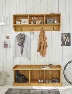 Cloakroom bench country house The fine cloakroom bench in country house style can be ordered with a suitable shelf. Hall Furniture, Living Room Furniture, Home Yoga Room, Small Entryways, Seat Storage, Country Style Homes, Hallway Decorating, Apartment Design, Home Projects