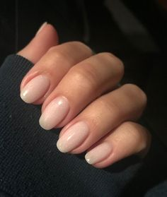 False nails have the advantage of offering a manicure worthy of the most advanced backstage and to hold longer than a simple nail polish. The problem is how to remove them without damaging your nails. Nails Opi, Nude Nails, Nail Manicure, Acrylic Nails, Coffin Nails, Engagement Nails, Dipped Nails, Neutral Nails, Chrome Nails
