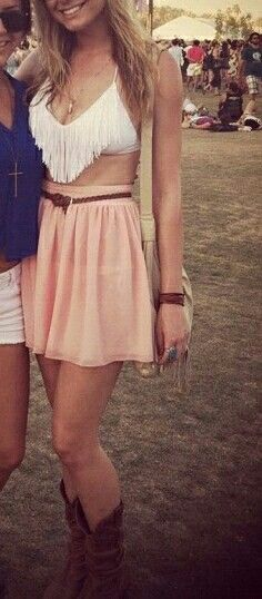 styling those fringe bikini tops with a belted skirt! So cute :) - Bronze Luxury Festival Outfits, Festival Fashion, Festival Wear, Summer Outfits, Cute Outfits, Country Outfits, Looks Style, Mode Style, Passion For Fashion