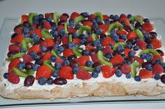 Konfektkake - mandelbunn, eggekrem, Firkløverkrem og masse frukt Norwegian Food, Norwegian Recipes, Raspberry, Strawberry, Scandinavian Food, Recipe Boards, Brownie Cookies, Pavlova, Yummy Cakes