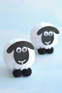 These pom pom sheep are SO CUTE and really simple to make! It's easy to make DIY pom poms from yarn just by using your hands! Such a great kids craft for springtime! Sheep Crafts, Farm Crafts, Preschool Crafts, Decor Crafts, Diy Crafts, Fun Crafts For Kids, Diy For Kids, Fabric Dolls, Rag Dolls