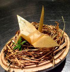 まるで薄い和紙で折られたような折り鶴。 実はこれ、世界一のレストランで修行をした日本人のシェフが根セロリで作っ […]