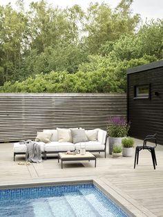 TREBITT Terrassbeis 90029 Naturlig Sølvgrå beskytter treverket og du får en naturlig og lun terrasse. Fasaden er malt med DRYGOLIN Nordic Extreme 0734 Brunsvart. Outdoor Sectional, Sectional Sofa, 50 Shades Of Grey, Exterior Colors, Outdoor Furniture, Outdoor Decor, Sorting, Interior, Home Decor