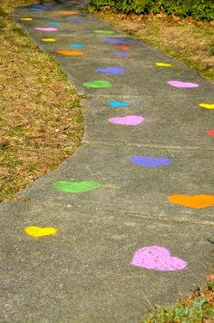 Make sidewalk chalk stencils for a fun & festive pathway to celebrate Valentine's Day.even though i dont like Valentine's day Valentine Day Love, Valentines Day Party, Valentine Day Crafts, Holiday Crafts, Holiday Fun, Valentines Day Decor Outdoor, Diy Valentine Decorations, Valentines For Daughter, Valentines Sweets