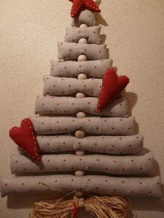 "Patchwork ""Las Magnolias"": Arbol de Navidad Christmas Trees For Kids, Fabric Christmas Trees, Alternative Christmas Tree, Christmas Makes, Christmas Wood, Diy Christmas Ornaments, Handmade Christmas, Shabby Chic Christmas Decorations, Whimsical Christmas"