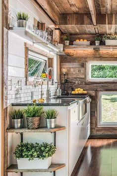 Tiny houses will never cease to leave us in awe. So we find out how the most important room in the house works, and learn tips for our own kitchens.