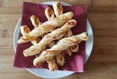 Fine små snoede brødstænger af butterdej med ost og Parmaskinke, perfekte til en aperitivo eller bare som snack.