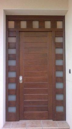 Puerta de entrada moderna para exterior en madera maciza y cristales laterales y superiores