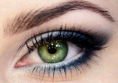 A+fehér+és+a+sötétkék+párosa+remekül+mutat+a+zöld+szemen,+az+egész+arcot+élettel+tölti+meg.