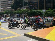 Motos contra carros, en la Playa con la Avenida Oriental. Sábado 21 de abril. Motorcycle, Vehicles, Earth Day, Rolling Carts, Colombia, Beach, Motorbikes, Motorcycles, Car