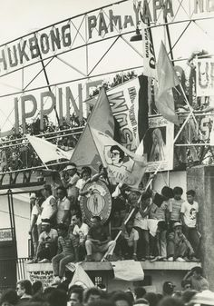 Relive the events that led to the restoration of democracy in the Philippines 31 years ago. People Power Revolution, French Revolution, 20th President, Revolution Poster, Philippines Culture, Ads Creative, Power To The People, Second Best, Peta