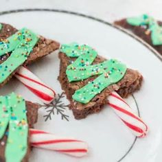 It's that time of year to be in the kitchen baking your favorite sweet treats!! I'm transforming traditional brownies into these darling Christmas trees!! Head to the blog to see all the steps! :movie_camera: @samantha3may
