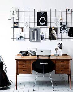 Opslagstavler kan man da aldrig få nok af, vel? Her er et rionet malet sort og hængt op Se flere kreative løsninger i denne skønne bolig på boligliv.dk Foto @tiaborgsmidt #boligliv #boliglivdk #rionet #opslagstavle #indretning #bolig #raaogmodigindretning