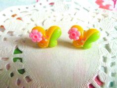 Boucles d'oreilles tiges papillon vert et jaune avec petite fleur rose : Boucles d'oreille par la-boutique-de-nath