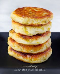 Potato Cakes with Leeks and Cheese - made with leftover mashed potatoes or stamppot Love Food, A Food, Food And Drink, Vegetarian Appetizers, Appetizer Recipes, Tasty, Yummy Food, Healthy Food, Potato Cakes