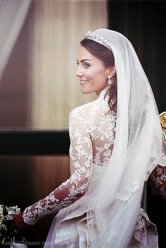 Simply stunning: here you see the beautiful Princess Catherine and a close-up of the wonderful lace detail on the back of the dress.