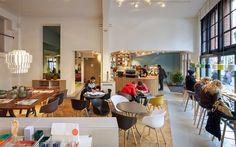 De Koffie Salon, Amsterdam. Para provar o stroopwafel.