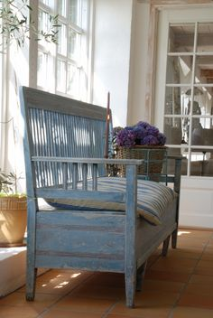 Gustavian bench in blue White Cottage, Cottage Style, Swedish Style, Country Blue, Interior Decorating, Interior Design, Paint Furniture, Sweet Home, Shabby Chic