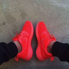 NIKE ROSHE RUN LASER CRIMSON 642233-600 YEEZY RED OCTOBER Running Shoes Nike, Nike Free Shoes, Nike Outfits, Sports Shoes, Nike Sneakers, Red Sneakers, Shoe Game, Red Roshes Nike, Nike Tenis