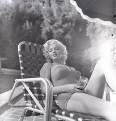"summers-in-hollywood: ""Marilyn Monroe sunbathing, Photo taken by Harold Lloyd "" Harold Lloyd, Classic Hollywood, In Hollywood, Hollywood Glamour, Hollywood Actresses, Fotos Marilyn Monroe, Look Legging, Actrices Sexy, Foto Art"