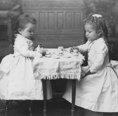 1900 Little girl's Tea party Vintage Children Photos, Vintage Pictures, Old Pictures, Vintage Images, Old Photos, Vintage Illustration, Illustration Photo, Portraits Victoriens, Vintage Abbildungen
