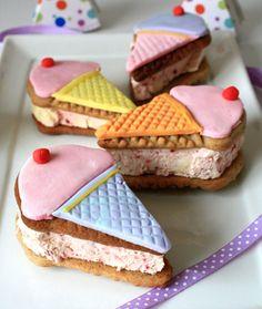 [Receta] No te pierdas este paso a paso para hacer sándwich de helado en forma de barquillas (vía http://www.notquitenigella.com/2009/12/01/ice-cream-cookie-sandwiches/)