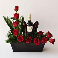 Rosas y vino, especial arreglo para sorprender a un hombre. Entregas a domicilio en todo El Salvador