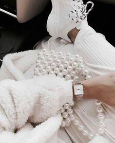 All white lux fashion Weiße Perlen Hellbraune Haut - Mode Outfits Lux Fashion, White Fashion, Fashion Details, Fashion Trends, Fashion Outfits, Woman Outfits, Fashion Photo, Style Fashion, Girl Fashion