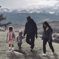 """Wyoming,"" Kim Kardashian shares photo with Kanye West and children North and Saint. West is currently working on new music in Jackson Hole, Wyoming. Kim Kardashian Kanye West, Kim And Kanye, Kardashian Jenner, Kardashian Style, Kim Kardashian Family, Kanye West Family, Kanye West Style, Wyoming, Look 2018"