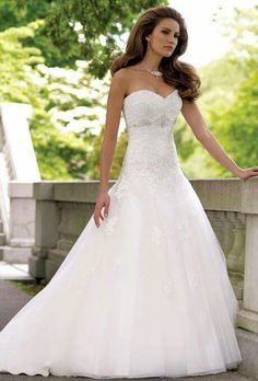Summer wedding dresses are offered in varied colors, patterns, and lengths. Selecting a summer wedding dress is indeed an intimidating job. Tea-length wedding dresses are ideal for a vintage-style … Wedding Dress Silk, Wedding Dress Tea Length, Summer Wedding Gowns, Sweetheart Wedding Dress, Wedding Dress Trends, Princess Wedding Dresses, Empire Waist Dress Wedding, Trendy Wedding, Bling Wedding