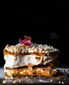 Costrada de Alcalá de Henares, a classic and traditional pastry made with puff pastry and two fillings; meringue and pastry cream, crowned with almonds. Bakers Gonna Bake, Pastry Shop, Banana Split, Confectionery, Light Recipes, Meringue, Icing, Almond, Food And Drink