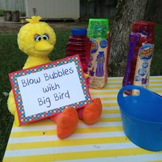 Sesame Street Party Games: Blow Bubbles with Big Bird. Elmo Birthday, Birthday Games, Boy Birthday Parties, Birthday Ideas, Dinosaur Birthday, Elmo Party, Sesame Street Birthday Party Ideas, Sofia Party, Mickey Party