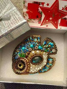 Such a lovely bead embroidery fish. The artist has a wonderful sense of color.