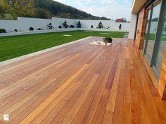 Elewacja i taras drewniany. Realizacja w Wałbrzychu - Duży taras z tyłu domu - zdjęcie od PHU Bortnowski