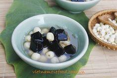 Lotus Seeds Sweet Soup with Grass Jelly Recipe (Chè Hạt Sen và Thạch Đen) from http://www.vietnamesefood.com.vn/vietnamese-recipes/vietnamese-dessert-recipes/lotus-seeds-sweet-soup-with-grass-jelly-recipe-che-hat-sen-va-thach-den.html