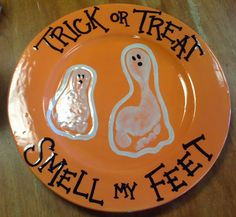 Cute idea for Halloween. Except a platter with all four kids foot prints or hand prints to serve Halloween cookies. Cute Crafts, Crafts To Do, Fall Crafts, Holiday Crafts, Holiday Fun, Crafts For Kids, Holiday Ideas, Holiday Style, Creative Crafts