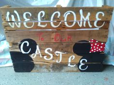 Hand painted welcome pallet with Disney Mickey and Minnie by ColleenCreativeFinds on Etsy Disney Recipes, Disney Food, Disney Mickey, Pallet Painting, Disney Crafts, Disney Vacations, Kara, Hand Painted, Handmade