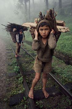 Travail des enfants. Bangladesh | Copyright Steve McCurry | Photographer | Please, leave your comment. Thank you